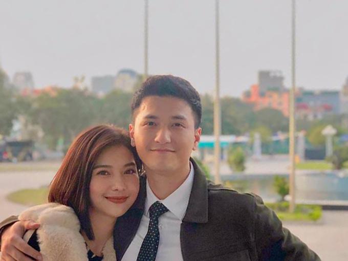 Lưu Đê Ly và Huỳnh Anh ở hậu trường cảnh hôn nhau.