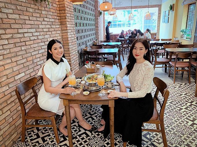 Hoa hậu Đặng Thu Thảo và Ngọc Hân rủ nhau đi ăn trưa.