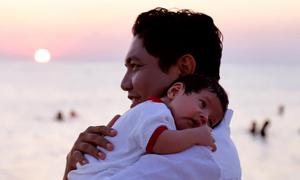 Ảnh sao 16/3: Đức Thịnh bế con mới sinh dạo biển