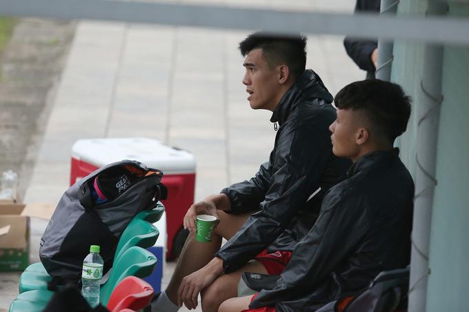 Quang Hải và Tiến Linh ngồi ngoài xem đồng đội tập luyện chiều 15/3. Ảnh: Đương Phạm.