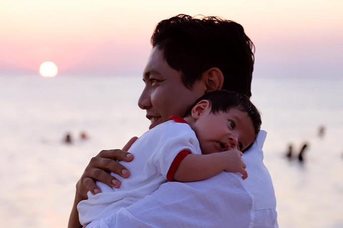 Người dân ở đảo khi biết cậu bé mới đầy tháng đã phong cho cu Tết là du khách nhỏ tuổi nhất từ trước đến nay của đảo Phú Quý