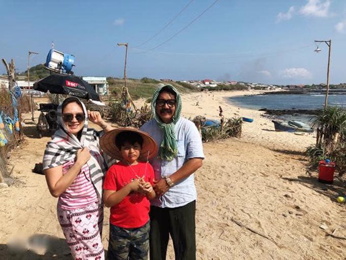 Công việc của hai vợ chồng Thanh Thuý - Đức Thịnh rất bận rộn, thường phải xa nhà. Thời gian này, đạo diễn Đức Thịnh đang tạm xa ba mẹ con để tới quay phim ở đảo Phú Quý (Bình Thuận) - một trong những hòn đảo du lịch đẹp nổi tiếng. Nữ diễn viên đã đánh liều đưa cả gia đình, gồm cu Tết vừa tròn một tháng một ngày, lên đường ra đảo thăm ba.