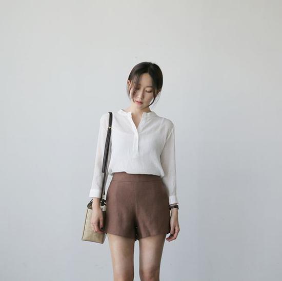 Những kiều quần short quá ngắn khó lòng sử dụng khi đến văn phòng, nhưng nó lại là món đồ hoàn toàn hợp lý khi đi cà phêcuối tuần.