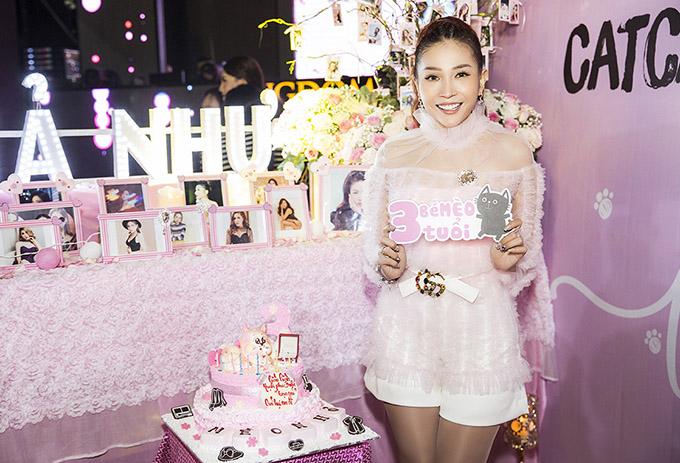 Khả Như tổ chức buổi họp fan kết hợp mừng tuổi mới. Cô trang trí không gian một màu hồng ngọt ngào, lãng mạn.