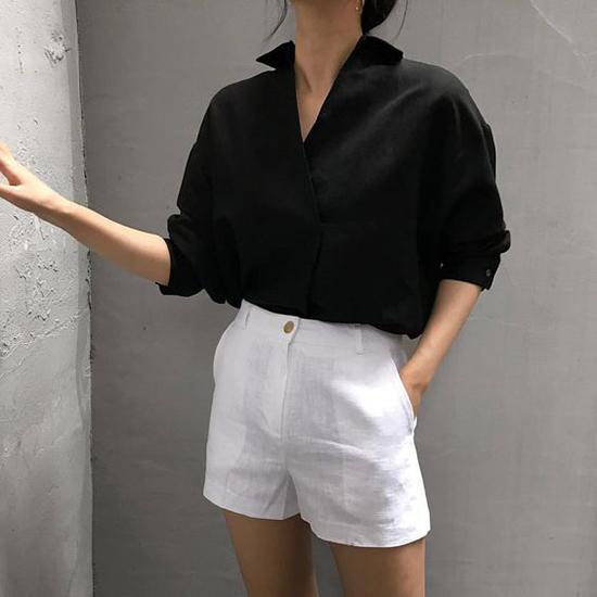 Vào mùa nắng cao điểm, chọn trang phục linen, vải dệt thô và không pha sợi tổng hợp luôn là một lựa chọn ngôn ngoan.