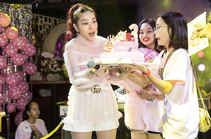 Nữ diễn viên không ngờ các fan đến rất đông và tặng cô nhiều bánh kem, hoa, quà. Khả Như tiết lộ cô vừa mua thêm một căn nhà mới để có chỗ chứa quà tặng của khán giả.