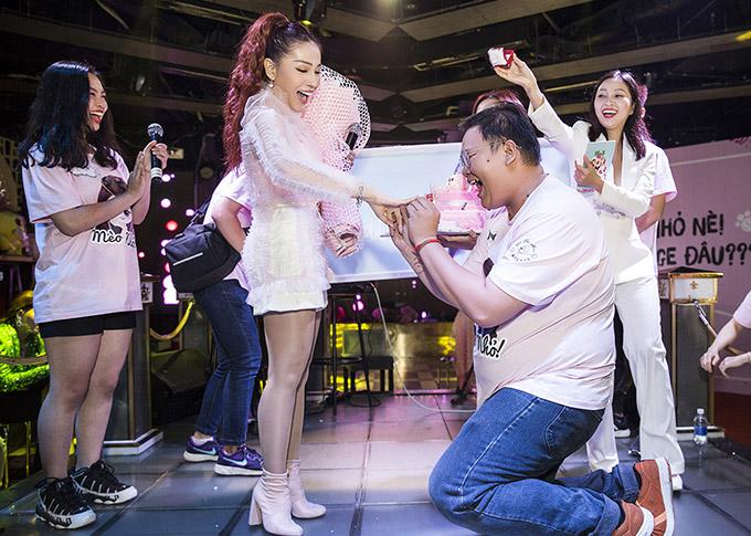 Diễn viên Trạng Quỳnh được một fan nam quỳ gối cầu hôn bằng chiếc nhẫn kim cương. Cô cho biết bản thân cảm thấy rất sốc và hạnh phúc.