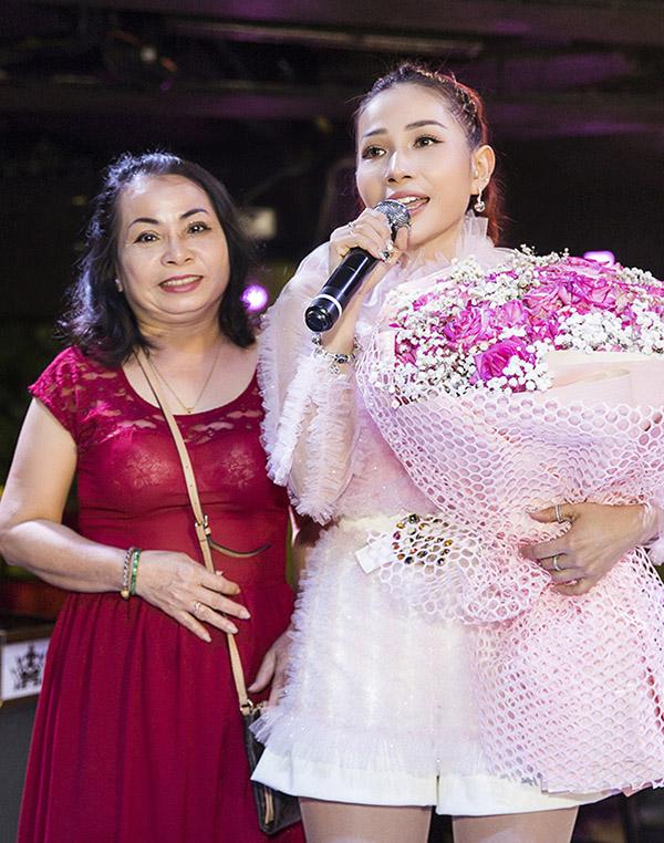 Mẹ Khả Như đến dự tiệc sinh nhật của con gái. Nhiều năm qua mẹ là người luôn bên cạnh chăm sóc, động viên Khả Như vượt qua mọi khó khăn để theo đuổi đam mê nghệ thuật.