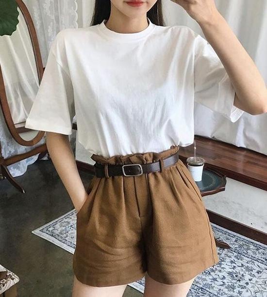 Các mẫu quần lưng cao trang trí thêm phần nhún bèo xinh xắn cũng được hàng loạt fashonista Hàn Quốc lăng xê ở mùa hè 2018/2019.