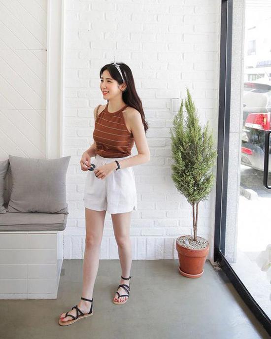 Chọn quần áo khai thác các khoảng hở ý nhị cũng là cách giải nhiệt mùa hè được các cô nàng ưa mặc đẹp yêu thích.