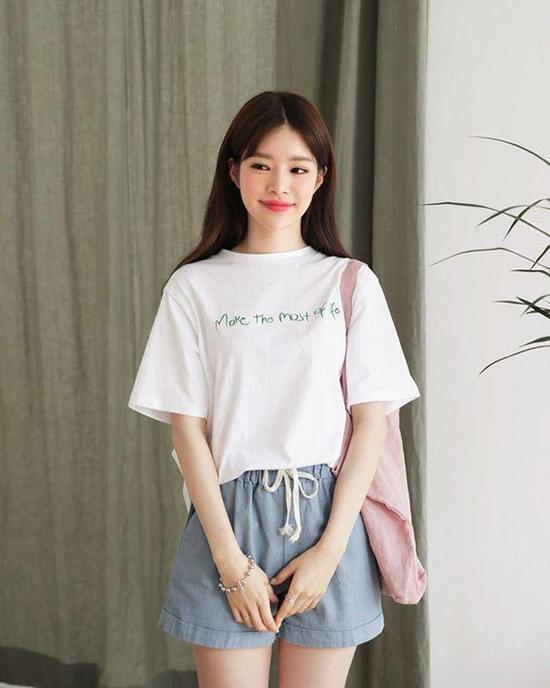 Short kết hợp cùng áo thun vừa mang lại sự thoải mái vừa tôn nét gợi cảm cho bạn gái khi đi chơi, đi mua sắm vào những ngày nghỉ.