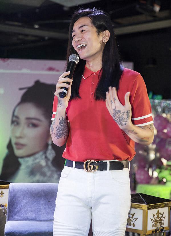 Diễn viên hài BB Trần khuấy động sự kiện với tài pha trò duyên dáng, tung hứng ăn ý cùng bạn bè, khán giả.