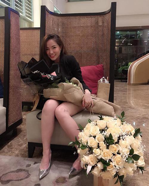 Lý Phương Châu (vợ cũ Lâm Vinh Hải) khoe nhận được nhiều quà mừng sinh nhật sớm.