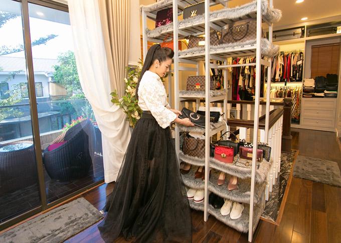 Bộ sưu tập túi xách, giày hiệu đắt đỏ của nữ diễn viên được cô nâng niu, bảo quản kỹ càng.