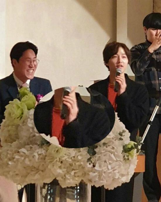 Nam diễn viên cũng không đeo nhẫn cưới, dù tham dự sự kiện bình thường, không liên quan đến công việc. Tin đồn vợ chồng Song - Song rạn nứt gây xôn xao showbiz Hoa, Hàn suốt những ngày đầu năm, tuy nhiên công ty quản lý phủ nhận. Bản thân hai diễn viên chỉ giữ im lặng. Song Joong Ki vừa từ Brunei trở về sau thời gian đóng phim.