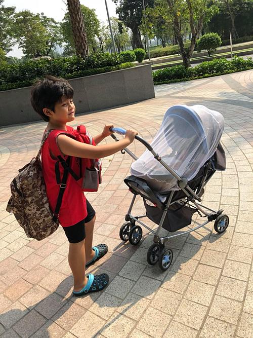 Con trai lớn nhà Thanh Thúy - Đức Thịnh ra dáng anh Hai, đẩy em dạo chơi công viên. Sáng cuối tuần, hai người anh em thiện lành cùng đi dạo công viên, bà mẹ hai con chia sẻ.