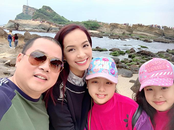 Vợ chồng Thúy Hạnh - Minh Khang du lịch Đài Loan cùng hai con gái.