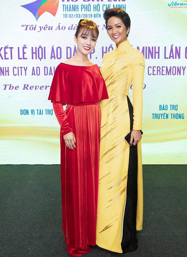 HHen Niê tươi tắn trong trang phục truyền thống gam vàng, chụp ảnh cùng người đẹp Thái Nhiên Phương. Cả hai làm đại sứ tại Lễ hội Áo dài 2019.