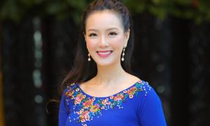 Đại sứ áo dài Trang Phương đẹp dịu dàng trong thiết kế của Thuận Việt