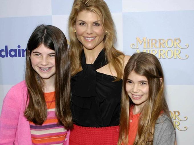 Họ sinh con gái đầu lòng,Isabella Rose, năm 1998. Một năm sau, Olivia Jade chào đời. Ảnh:AP.