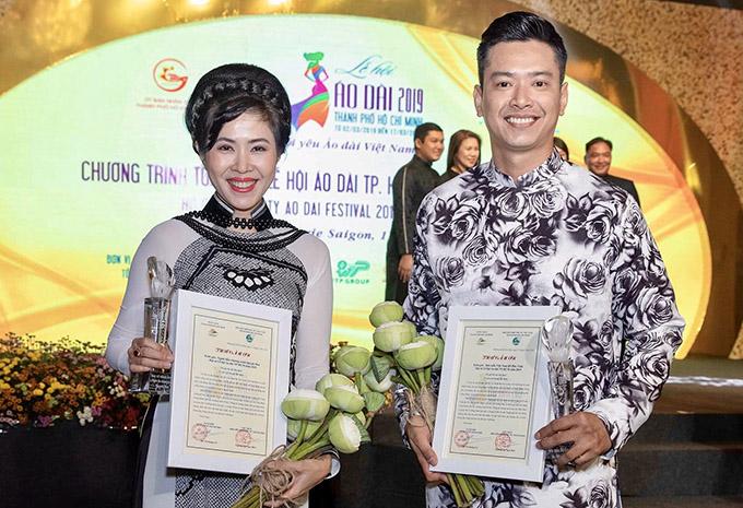 MC Quỳnh Hoa và siêu mẫu Hồ Đức Vĩnh được nhận kỷ niệm chương và thư cảm ơn do lãnh đạo thành phố trao tặng.