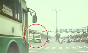 Tránh ôtô buýt vượt đèn đỏ, xe ben suýt tông dòng người đi xe máy