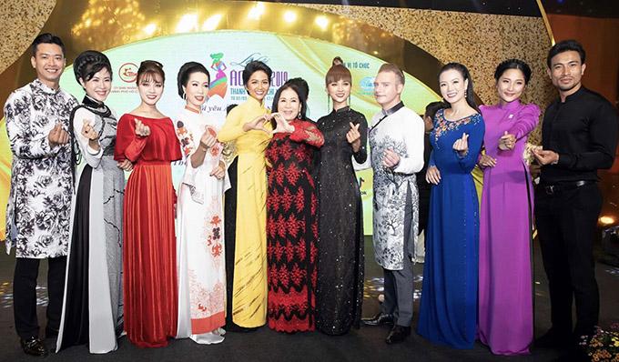 Sự kiên này còn có nghệ sĩ Kim Xuân, Á hậu Trịnh Kim Chi, ca sĩ Kyo York và nhiều sao showbiz tham dự.