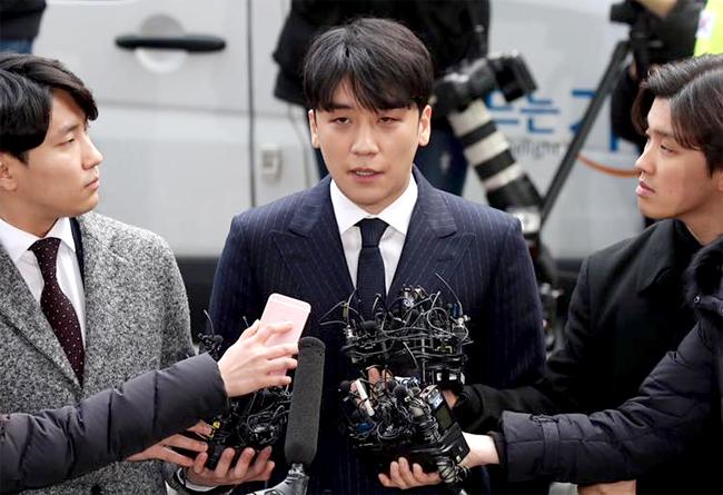 Thành viên Big Bang, ca sĩ Seungri trong buổi tới sở cảnh sát trình diện hôm 14/3.