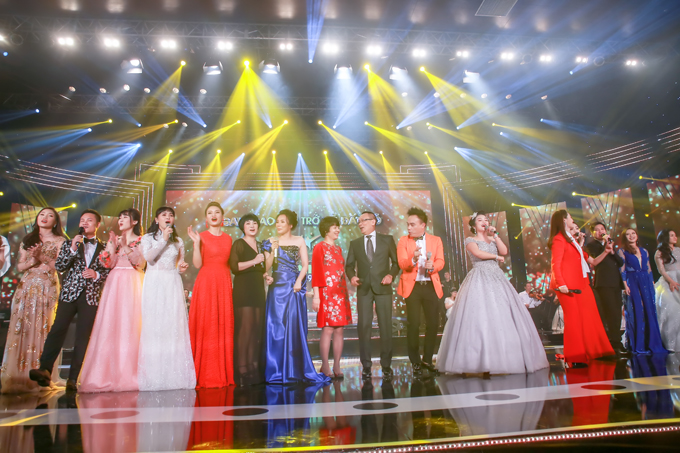 Đông đảo các ca sĩ thuộc nhiều thế hệ của cuộc thi Sao Mai hội ngộ trong đêm gala tối qua.
