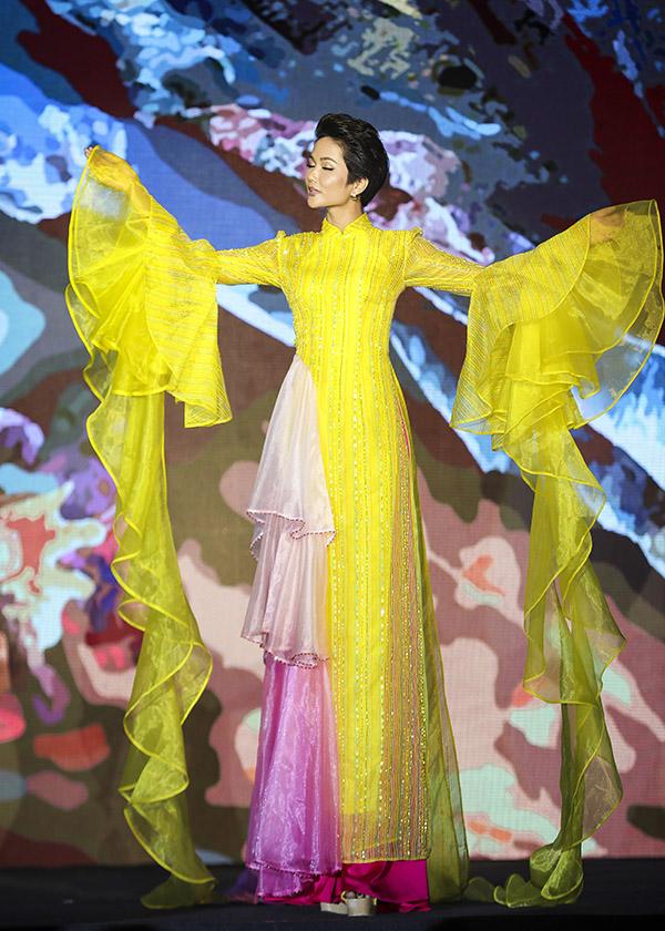 Mỹ nhân người Êđê phiêu linh theo tiếng nhạc và tiếng vỗ tay cổ vũ của đông đảo khán giả dự Gala tổng kết Lễ hội Áo dài TP HCM.