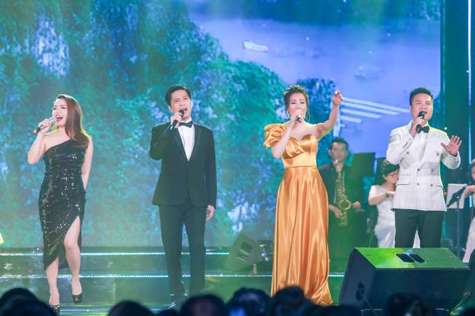 Trong đêm nhạc, cô hòa giọng cùng các thế hệ ca sĩ gốc Quảng Ninh qua ca khúc Nụ cười Hạ Long.