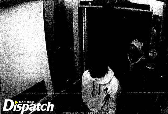 Jang đến gặp Yoo, trên tay cầm bản thảo di chúc.