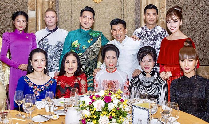 Các nghệ sĩ được mời dự tiệc tối tại một khách sạn 5 sao.