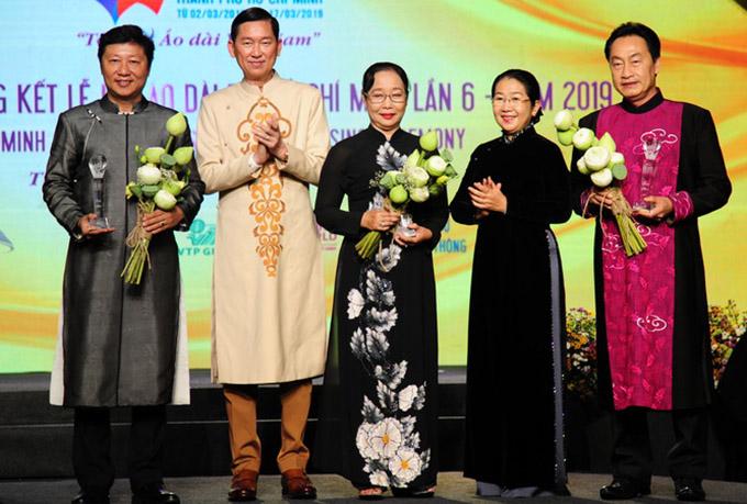 Nhà thiết kế Sĩ Hoàng (ngoài cùng bên trái) chụp ảnh cùng các khách mời khác tại Gala tổng kết Lễ hội Áo dài TP HCM 2019.