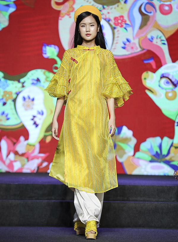 Áo dài kết hợp guốc gỗ gợi nhớ hình ảnh của các thiếu nữ Việt Nam thời xưa với vẻ đẹp dung dị, mộc mạc.