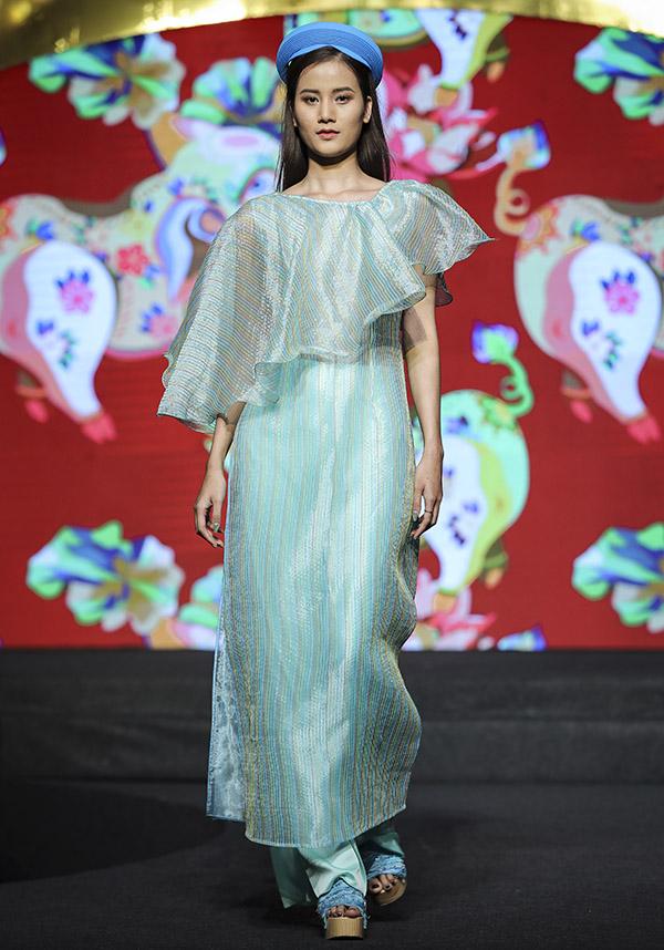 Chân dài Hương Ly điệu đà sải bước với bộ cánh màu xanh ngọc.