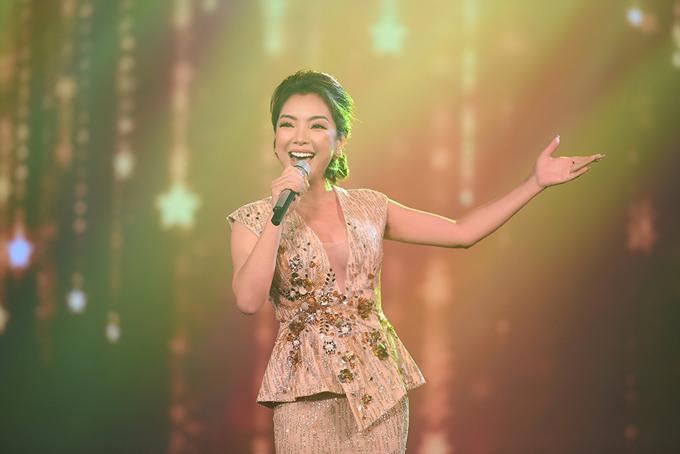 Ca sĩ Phương Anh được khán giả biết đến qua Sao Mai 2003 và Sao Mai điểm hẹn 2004. Tối qua cô chọn nhạc phẩm Hãy biết ước mơ để dành tặng khán giả vùng mỏ.