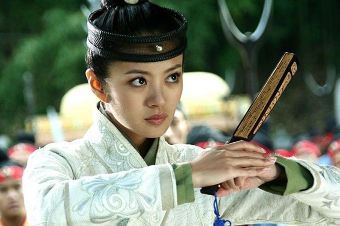 Ở An Dĩ Hiên có nét hoạt ngôn, tinh ranh của Triệu Mẫn. Song do phim Ỷ Thiên Đồ Long ký bản năm 2008 khá xuề xòa về trang phục, tạo hình của cô lên phim không thực sự đẹp.