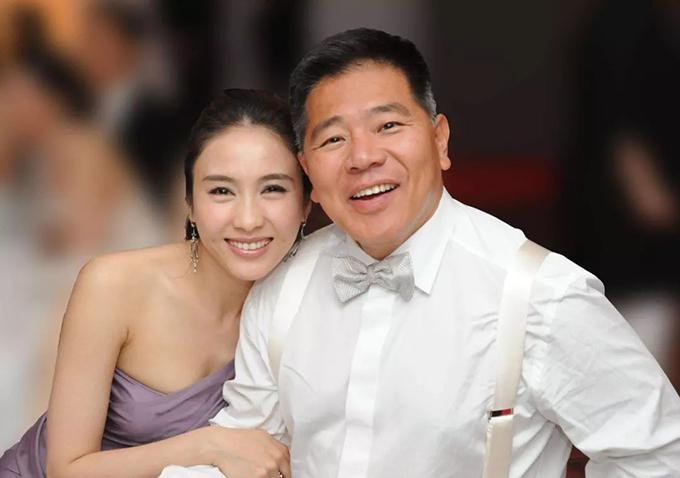 Năm 2005, khi đang trên đỉnh cao danh vọng, Lê Tư tuyên bố giải nghệ, thay em trai (bị tai nạn nghiêm trọng) quản lý công việc kinh doanh. Sau hơn 10 năm, nữ diễn viên tài sắc ngày nào đã trở thành một nữ doanh nhân thành đạt, đưa công ty lên sàn chứng khoán vào đầu năm nay. Cuộc sống hôn nhân mỹ mãn với người chồng hơn 15 tuổi và ba cô con gái của Lê Tư cũng khiến nhiều người ngưỡng mộ.
