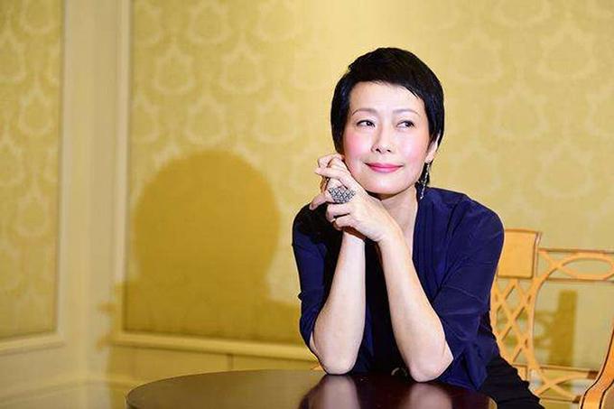 Diệp Đồng sinh năm 1963, là một tài năng được khẳng định của điện ảnh – truyền hình Hong Kong, nhưng không duy trì con đường diễn xuất lâu dài. Mấy năm gần đây, Diệp Đồng thỉnh thoảng nhận các vai phụ, thường là mẹ của nhân vật chính. Nữ diễn viên có cuộc sống êm ấm và kín tiếng bên cạnh ông xã – đạo diễn, doanh nhân Trần Quốc Hy.
