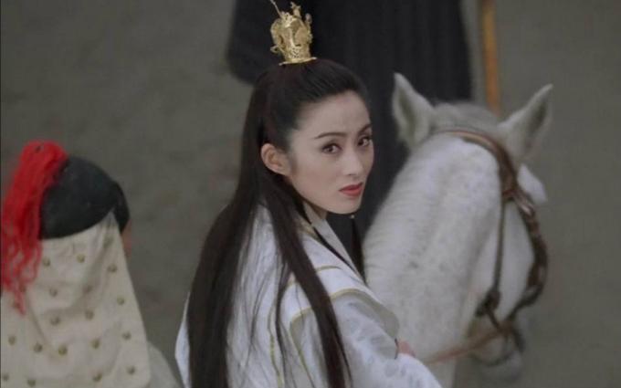 Rũ bỏ hình tượng bốc lửa quen thuộc trên phim, Trương Mẫn nhập vai Triệu Mẫn trong phim điện ảnh Ỷ Thiên Đồ Long ký (bản Lý Liên Kiệt đóng chính) với cốt cách cao ngạo, trí tuệ.