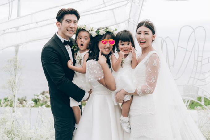 Giả Tịnh Văn từng trải qua cuộc hôn nhân không hạnh phúc và việc ly dị ồn ào với doanh nhân Tôn Chí Hạo. Năm 2014, cô đăng ký kết hôn với bạn trai kém tuổi Tu Kiệt Khải. Cuối tháng 11 năm ngoái, cặp đôi tổ chức hôn lễ ở đảo Bali, trước sự chứng kiến của ba con gái.