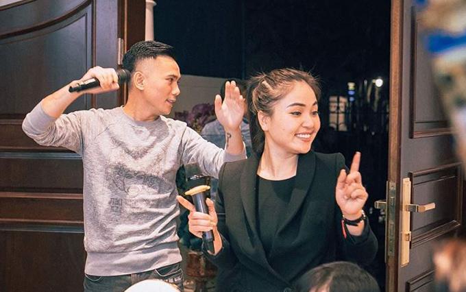 Vợ chồng Tú Dưa - Lam Trang khuấy động bữa tiệc bằng những ca khúc sôi động.