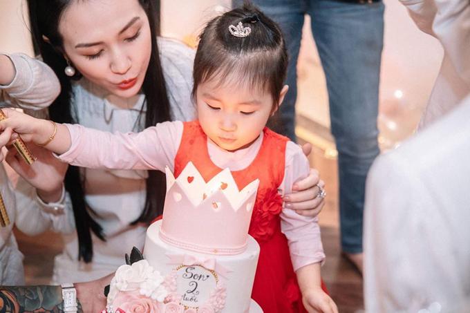 Trong ngày bước sang tuổi mới, bé Son được bố mẹ tặng cho chiếc bánh ngọt màu hồng với hình vương miện đáng yêu. Cô bé là trái ngọt thứ hai trong cuộc hôn nhân của Tuấn Hưng và bà xã Thu Hương.