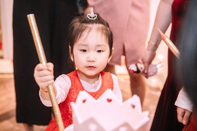 Cô bé thừa hưởng nhiều nét giống mẹ, đặc biệt là đôi mắt.