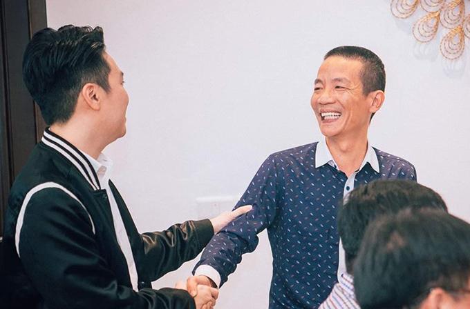 Nhạc sĩ Nguyễn Vĩnh Tiến (phải) cũng có mặt tại ngôi nhà mới của Tuấn Hưng vào tối qua. Anh vui vẻ hội ngộ với Lê Hiếu.