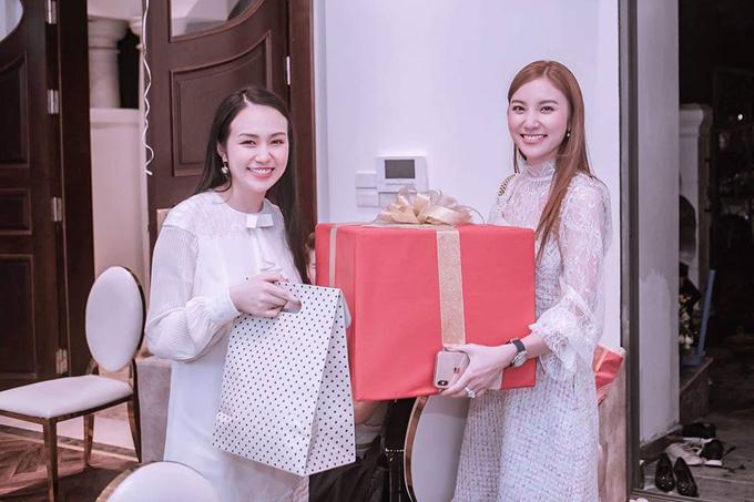 Hạnh Sino ôm theo hộp quà to tặng cho bé Son.