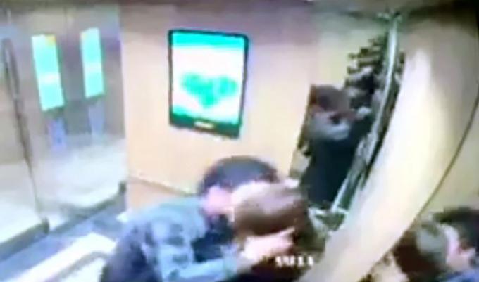 Hình ảnh nữ sinh bị sàm sỡ được camera an ninh ghi lại. Ảnh:Cắt từ video.