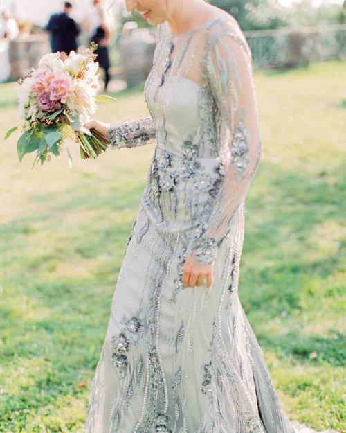 Nếu bạn là người yêu thích sắc xanh, hãy diện váy cưới có màu xanh pastel cho ngày trọng đại. Bộ đầm được đính hạt đá, họa tiết dây leo trải dài dọc thân, thể hiện sự tinh tế.