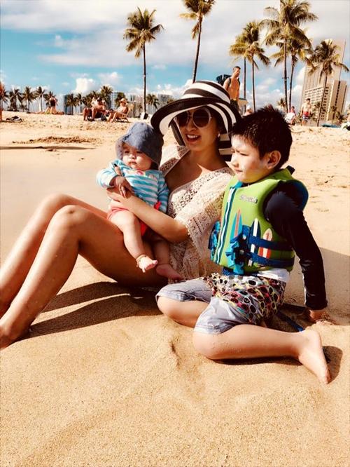 Skyler trong chuyến đi biển với mẹ và em gái Sukem. (Sukem là con chung của Hồng Nhung và bạn trai hiện tại)